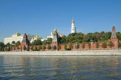 Moscovo, Rússia Vista bonita da terraplenagem do Kremlin e do Kremlevskaya Imagens de Stock