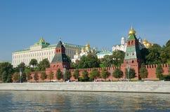 Moscovo, Rússia Vista bonita da terraplenagem do Kremlin e do Kremlevskaya Imagem de Stock Royalty Free