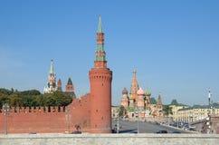 MOSCOVO RÚSSIA Vista da descida do Kremlin, do Vasilevsky e da catedral da manjericão do St fotografia de stock