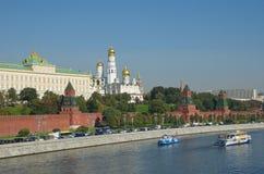 Moscovo, Rússia Vista da terraplenagem do Kremlin e do Kremlevskaya no outono adiantado Fotos de Stock Royalty Free
