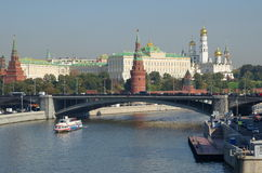 Moscovo, Rússia Vista do Kremlin e da ponte de pedra grande Imagem de Stock