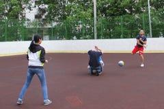 moscow Россия 5-ое июня 2015: игра волейбола во дворе стоковые изображения rf