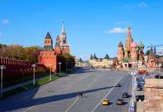 moscow Башни Кремля красный квадрат St Basil& x27; собор s Стоковые Фотографии RF