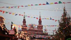 moscow взгляд kremlin izmailovo Красная площадь, украшенная на праздники Нового Года и рождества в зиме на заходе солнца Новый Го видеоматериал