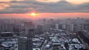 moscow Заход солнца с облаками над timelapse зданий, Россией сток-видео