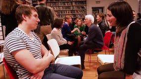 moscow РОССИЯ - март 2017 Мальчик и девушка сидят перед одином другого и говорят около март 2017 в БИБЛИОТЕКЕ DOSTOEVSKI акции видеоматериалы