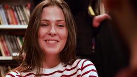moscow РОССИЯ - март 2017 Милая девушка с кольцом в носе смотрит партнера и улыбок около 17-ое марта в DOSTOEVSKI видеоматериал