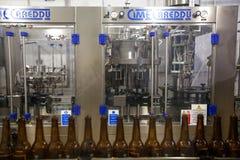 moscow Россия 7-ое февраля 2018: Пустые пивные бутылки, на конвейерной ленте Стоковое Изображение RF