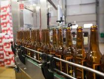 moscow Россия 7-ое февраля 2018: Пустые пивные бутылки, на конвейерной ленте, Binding винзавод Стоковая Фотография