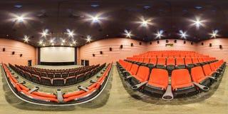 Moscow-2018: сферически панорама 3D с углом наблюдения 360 градусов интерьера залы кино с местами и экраном красного цвета Готовы стоковые фото