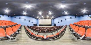 Moscow-2018: сферически панорама 3D с углом наблюдения 360 градусов интерьера залы кино с местами и экраном красного цвета Готовы стоковые изображения rf