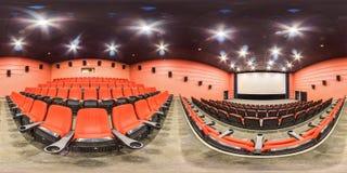 Moscow-2018: сферически панорама 3D с углом наблюдения 360 градусов интерьера залы кино с местами и экраном красного цвета Готовы стоковая фотография
