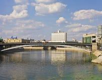 Moscow byggande av den ryska regeringen och Moscow-floden Royaltyfri Fotografi
