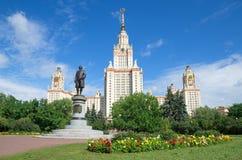 Moscow delstatsuniversitet som namnges efter M V Lomonosov Monument till Mikhail Lomonosov royaltyfri bild