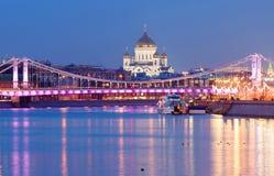 moscow Domkyrkan av Kristus frälsaren på bakgrunden av den Crimean bron Arkivbild