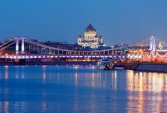 moscow Domkyrkan av Kristus frälsaren på bakgrunden av den Crimean bron Royaltyfri Foto