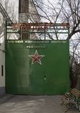 moscow Ingång till för `-bunker 42 för utläggning den komplexa `en, museum av historien av kalla kriget royaltyfri bild