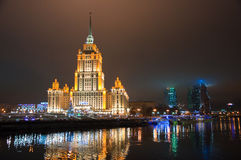 MOSCOW-JANUARY 5 :拉迪森皇家旅馆在1月5,2014的晚上在莫斯科,俄罗斯。拉迪森皇家旅馆,莫斯科是hist 免版税库存照片