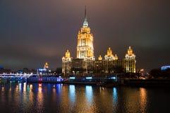 MOSCOW-JANUARY 5 :拉迪森皇家旅馆在1月5,2014的晚上在莫斯科,俄罗斯。拉迪森皇家旅馆,莫斯科是hist 库存照片