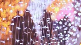 moscow Julbelysning av nattstaden Förbipasserande som promenerar gatan som dekoreras med lysande girlander stock video