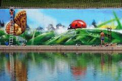 MOSCOW-JULY 13,在池塘Chertanovo巴拉克拉法帽大道的街道画 库存照片
