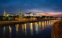 Moscow Kremlin på natten royaltyfri bild