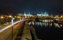 Moscow Kremlin på natten bridge moscow över floden Moskvaflodinvallningen MoskvaKreml är en UNESCOvärldsarv Royaltyfri Foto