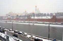Moscow Kremlin panorama på häftig snöstorm. Arkivbilder