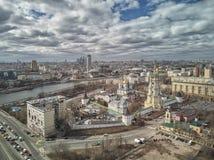 moscow Monast?rio de Novospassky A torre de sino e a igreja de St Sergius do trabalhador de milagre de Radonezh Silhueta do homem fotos de stock royalty free