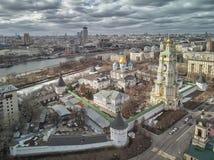 moscow Monast?rio de Novospassky A torre de sino e a igreja de St Sergius do trabalhador de milagre de Radonezh Silhueta do homem foto de stock royalty free