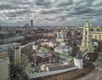 moscow Monast?rio de Novospassky A torre de sino e a igreja de St Sergius do trabalhador de milagre de Radonezh Silhueta do homem fotografia de stock royalty free