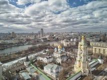 moscow Monast?rio de Novospassky A torre de sino e a igreja de St Sergius do trabalhador de milagre de Radonezh Silhueta do homem foto de stock