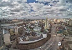 moscow Monast?rio de Novospassky A torre de sino e a igreja de St Sergius do trabalhador de milagre de Radonezh Silhueta do homem fotos de stock
