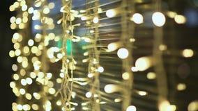 moscow noite Luzes de festões de incandescência nas ruas da cidade As decorações do Natal apresentam lojas e ruas video estoque