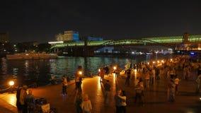 moscow Noite morna do outono Povos que dançam na terraplenagem do rio de Moskva video estoque