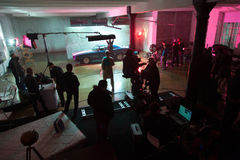 Direktören bemannar och skådespelarear på uppsättningen av videoen arkivfoton