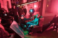 Direktören bemannar och skådespelarear på uppsättningen av videoen Royaltyfri Fotografi