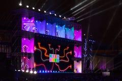 Festivalen cirklar av ljust på rött kvadrerar Royaltyfri Bild
