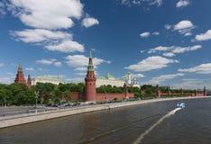 moscow På skeppet med bärplansbåtar vid Kreml Fotografering för Bildbyråer