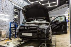 moscow Październik 2018 Decaling Audi Q7 z specjalnym ochronnym winylu filmem Niemcy SUV samochód ciągnie opancerzonego film obraz stock