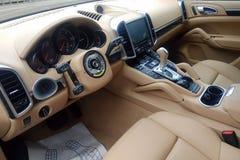moscow Rússia - 1º de junho de 2019: Porsche Cayenne em um centro de serviço Volante multifuncional do reparo Prêmio interior beg imagens de stock