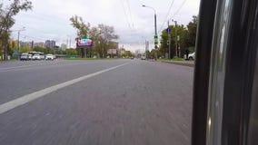 moscow RÚSSIA - em setembro de 2016 A motocicleta está movendo ao redor a cidade A câmera é ficada situada em um mais baixo asfal video estoque