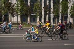 moscow R?ssia 19 podem 2019 Festival de ciclagem 2019 de Moscou Ciclistas novos felizes, um menino e um passeio da menina junto imagem de stock royalty free