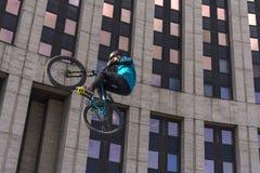moscow Rosja 19 mog? 2019 Moskwa kolarstwa festiwal 2019 Cyklista robi sztuczce na trampoline fotografia stock