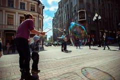 moscow Rua de Arbat Ventilador da criança e da bolha Fotos de Stock Royalty Free