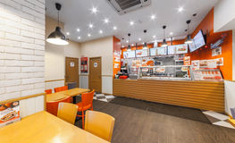 MOSCOW/RUSSIA - ДЕКАБРЬ 2014 Фаст-фуд кафа - сандвичи GlowSubs Стойте выдающ заказ к кассовому аппарату и меню стоковые изображения rf