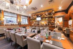 MOSCOW/RUSSIA - 2014年12月 木酒吧在一家豪华意大利餐馆- il FORNO 主要大厅的内部 免版税库存图片