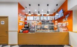 MOSCOW/RUSSIA - 2014年12月 咖啡馆快餐- GlowSubs三明治 站立发布命令对收款机和菜单 免版税图库摄影
