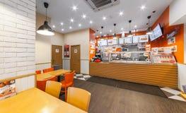 MOSCOW/RUSSIA - 2014年12月 咖啡馆快餐- GlowSubs三明治 站立发布命令对收款机和菜单 免版税库存图片