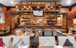 MOSCOW/RUSSIA - 2014年12月 木酒吧在一家豪华意大利餐馆- il FORNO 库存照片